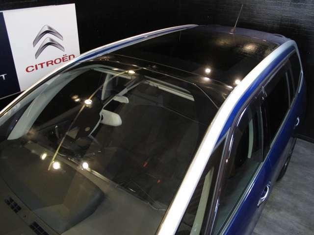 開口部の広いガラスルーフ装備!!電動スライドシェード付き!ダイヤル状スイッチでラクラク開閉!