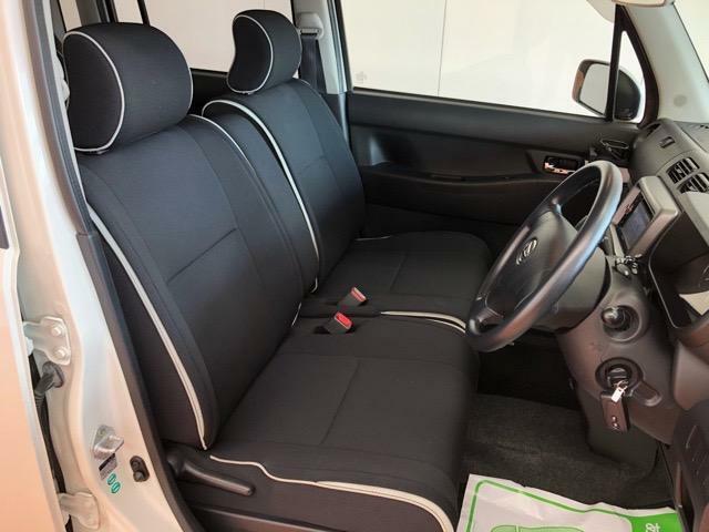 フロントベンチシートが運転席足元もゆったり、広々快適です、助手席へのウォークスルーも楽々可能ですよ☆