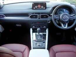 赤本革シートは前席パワーシートでヒーターとベンチレーションを備えています。BOSEサウンドシステムも搭載して車内空間は最良の運協空間を保てます。