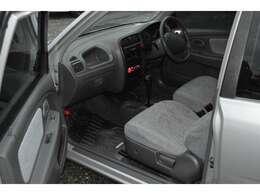 助手席側からみた角度です。シートの素材は柔らかく肌触りの良い生地です。