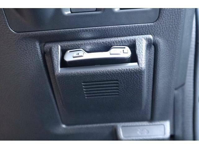 純正ETCビルトインカバーにETCを装備しています。ルームミラー上部に取り付けたETCアンテナのパイロットランプがカード挿入時に点灯し、ETCカードの入れ忘れを防ぎます。