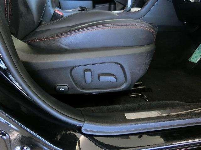 高級なクルマの証!!運転席はパワーシートになっています。