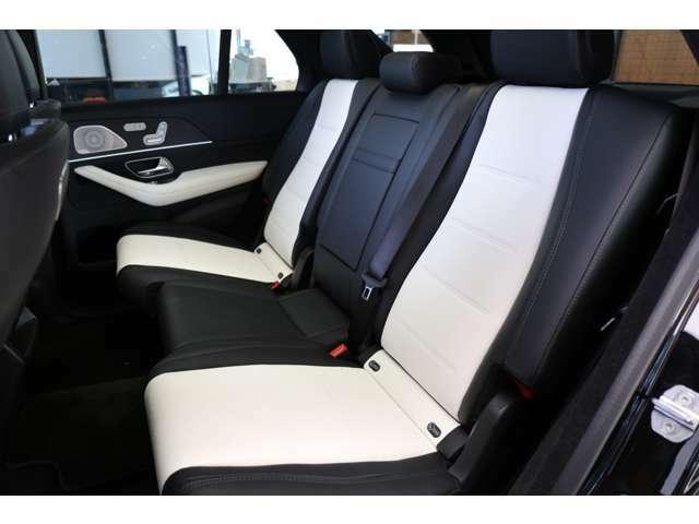 『全席が主役席』となっておりますので、後部座席も快適な乗り心地でございます。メルセデスのシートは少し硬めになっております。長時間の運転の際、適度な反発があることでお尻や腰の負担を減らす効果が御座います