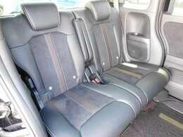 後席は普通車よりも足元広々!スライド機能もございます!便利で快適~