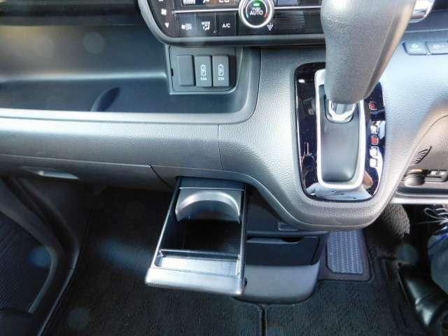 インパネシフト仕様ですので運転席足元も広々です!