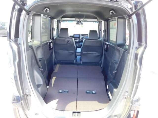 後席を倒せばこんなにも広いラゲッジスペースを確保する事も可能です。