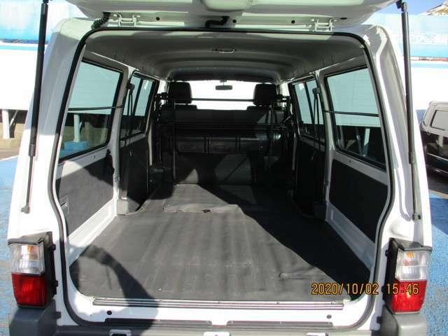 リアシートを倒せば、広い荷室空間ができます。