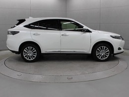 吸遮音材の効果的な配置など、高級SUVにふさわしい静粛性を実現するための工夫を施したほか、空力性能の向上やサスペンションの改良などにより、高い操縦安定性を確保しながら、上質な乗り心地を実現しています。