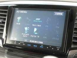 ナビゲーションはギャザズメモリーナビ(VXM-155VFEi)を装着しております。AM、FM、CD、DVD再生、Bluetooth、音楽録音再生、フルセグTVがご使用いただけます。初めて訪れた場所でも道に迷わず安心ですね!
