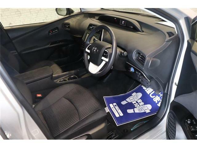 良好な視界とスムーズな乗り降りを実現した運転席。運転席はアイポイントを高くし視界良好です。体格に合わせてシートの位置をきめ細かく調節できるので、いつでも最適な運転姿勢をキープ。操作も軽く、ラクラクです