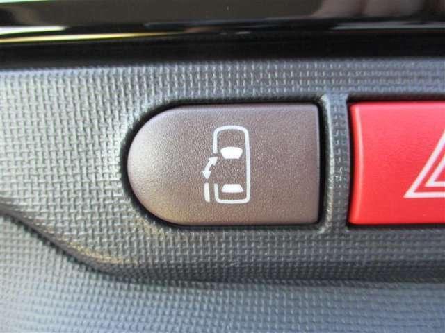 【助手席側電動パワースライドドア】運転席のスイッチまたはドアハンドルを軽く操作するだけで電動開閉します。リモコンキーにも対応し専用スイッチを押すだけで車外からも開閉可能です。