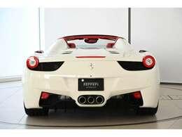 後ろ姿からも一目でわかるフェラーリのシルエットです