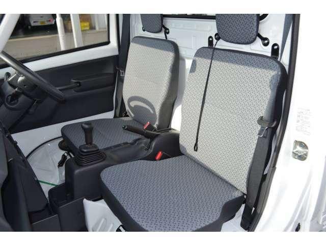 シートは、乗降時の腰の移動がスムーズな形状で、水や汚れを拭き取りやすいシート生地です。