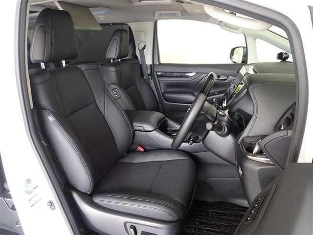 レザー調(合皮製)で、高級感・機能性を融合させた快適なシートです。パワーシートを搭載しています。