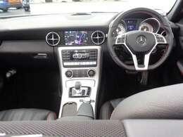 インテリアには、レッドカラーのステッチやシートベルトなどを採用!