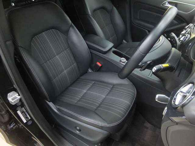 運転席は3メモリ付きパワーシートを装備。傷みのない綺麗なハーフレザーの専用シートです