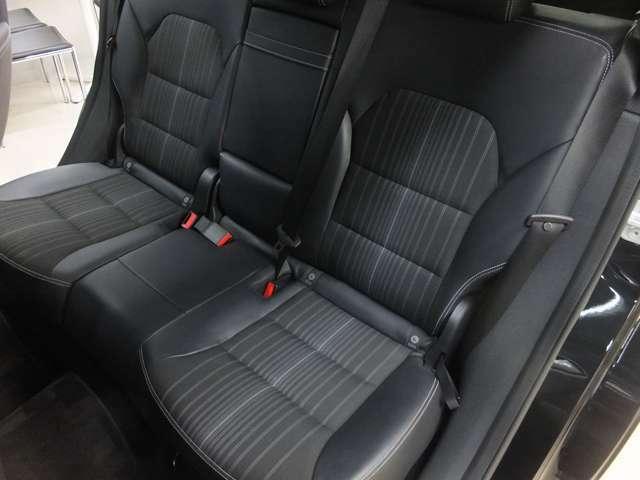 使用感の少ない綺麗なシートです。シート中央にアームレストを装備。更にはアームレストのみのトランクスルーにもなる便利な機能付きです