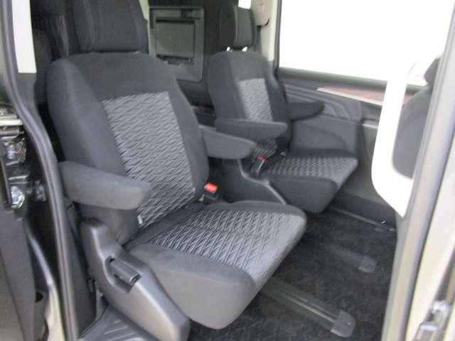 セカンドシートは1人掛けシートが2脚になり、センターが通路となっていますのでサードシートとの行き来が楽にできます。