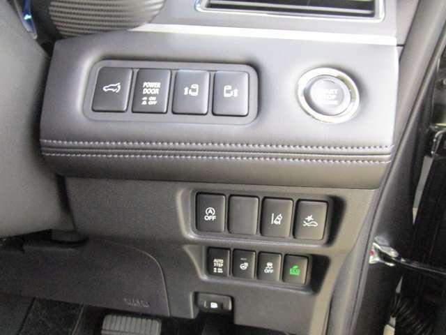運転席に座ったまま後席のスライドドアを開閉できます。電動リヤゲート・ステアリングヒーター装備。