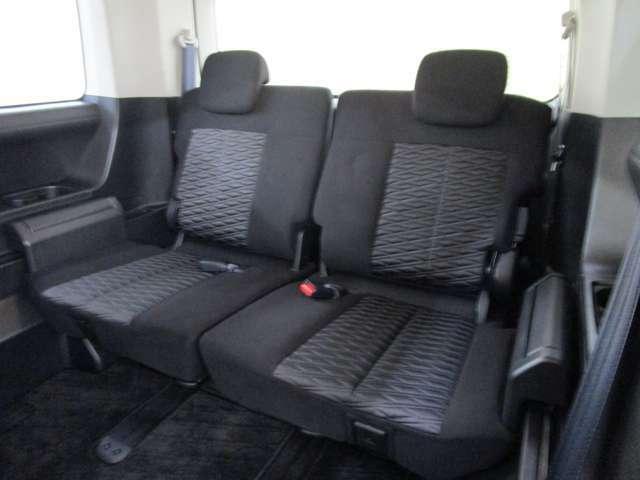 サードシートはゆったりした3人掛けシートを装備しています。