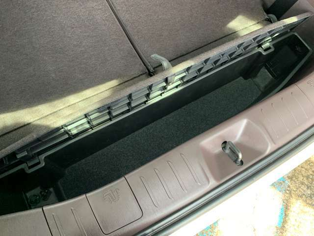 トランクの下には小物を収納できるデッキボックスがあります!
