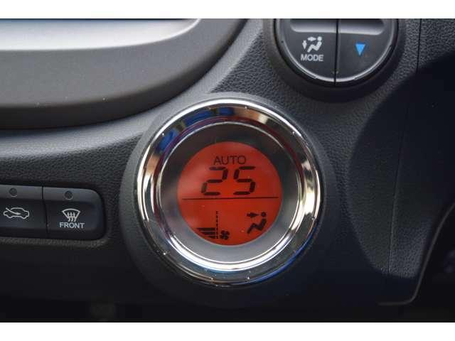 オートエアコンはデジタル表示で操作も簡単。