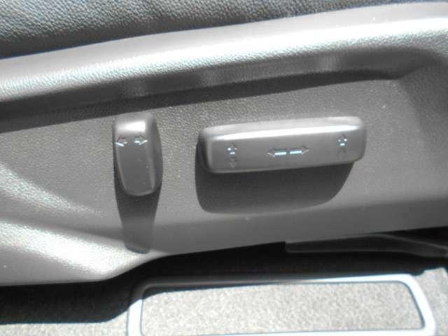 運転席はパワーシートになっています。無段階で調整できるので最適なポジションでドライブできます。