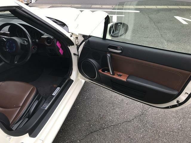 ドアの内張りはシートと同色のダークブラウンです。ドアトリムにはウッドも加えられてします。