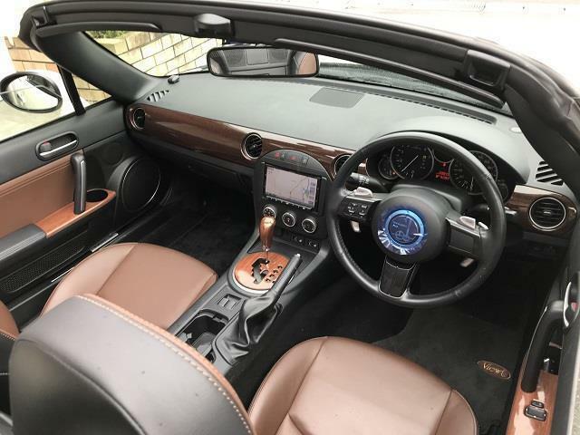 車内はレトロな空気感を楽しめるウッドインテリアスタイルです。ブラックとブラウンの色合いがシックにキマり、バランスが良いです。