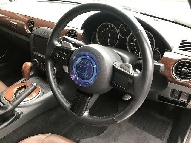本革巻ステアリングです。スイッチ付きですので運転時のナビ操作の安全性がアップします。