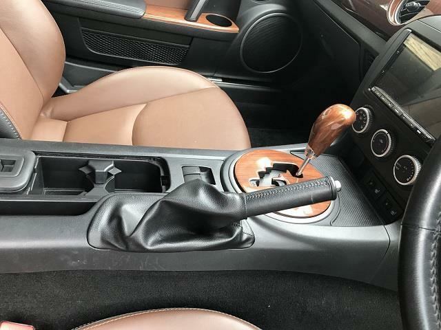 運転席と助手席を隔てる中央コンソールにはシフト、サイドブレーキ、収納機能付きです。