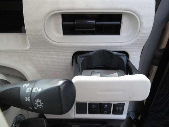 運転席と助手席側にもドリンクホルダーがあります。