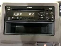 ダッシュボードに自然に溶け込むようにデザインされた純正FM/AM/CDチューナーを装備。