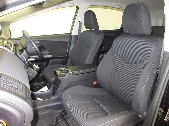 運転席はパワーシートで8ウェイ、助手席は4ウェイの調整が可能です。
