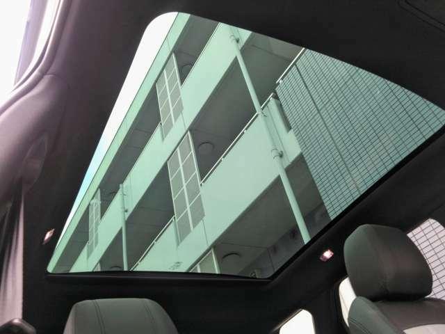 【固定式パノラマミックルーフ】 後席まで広がるパノラミックルーフは遮るものがなく、解放感たっぷりな車内空間を提供致します。