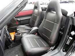 赤色のステッチが引き立つ黒レザーシート。シワになりやすいシート座面の横側もとてもキレイです☆丁寧に乗り降りされていた事が分かりますね!
