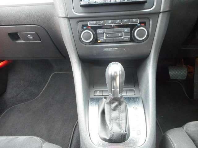 オートエアコンになっており室内の温度調整が自動でしてくれます!運転中のふらつきを見てくれる機能も付いています。