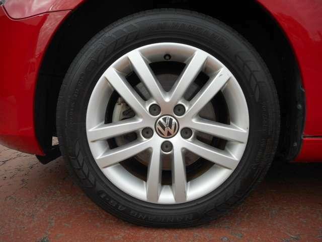 タイヤには溝もしっかりとあり、純正品のアルミホイールとなっております。