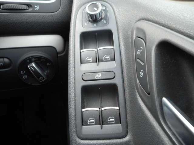 運転席側の窓とミラーがオート機能付きとなっております!