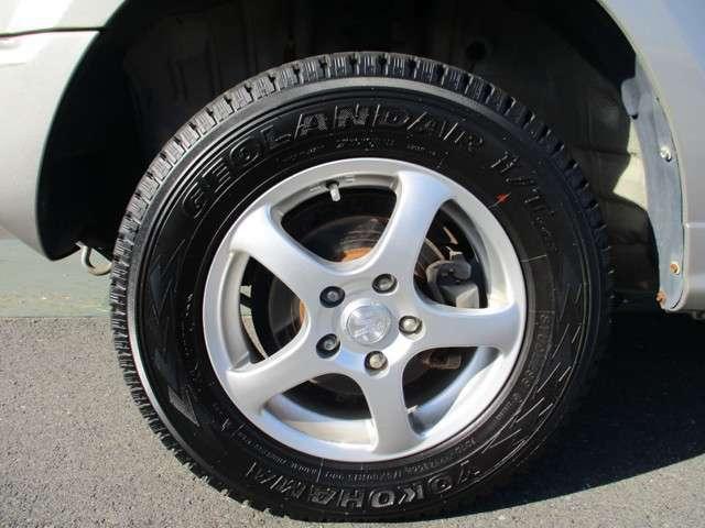 社外アルミホイール付き!タイヤがスタッドレスタイヤです。(まだまだ充分使用可能です。普通タイヤの装備なし)◆タイヤ・ホイールなどのご相談もお気軽に!中古のご紹介もさせていただきます!
