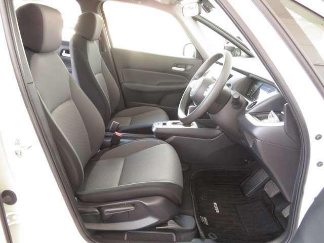 フロントシートは広々セパレートタイプで運転席は高さを調節出来るハイトアジャスター付きです!!お好みのドライビングポジションに調整可能です◎