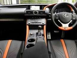 内装はメーカーOPのブラック&アクセントオレンジのセミアニリン本革ハイバックスポーツシート・前席ベンチレーションにオーナメントパネルはシルバースタイリングファイバーです。内装もとても奇麗です。