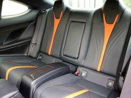 リヤシートは大人が座るのに十分なサイズを確保。リヤシートもヘッドレスト一体ハイバックスポーツシートです。リヤシートも使用感なく、とてもきれいな状態です。
