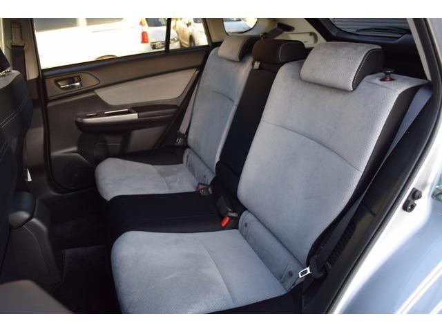 セカンドシートも広々で、大人が余裕を持って乗車できます! シートは高級感のあるファブリック調のグレーで、同乗者へのおもてなしにも最適です!