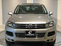 ポルシェと共同開発で誕生し、SUV・カイエンとはプラットフォームを共有する姉妹車の関係である「トゥアレグ」