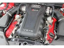 1基ごとに手作業で組み上げた4.2L V8 FSIエンジンを搭載☆高強度クランクシャフト、強化合金ピストン、特殊製法で強度を高めたコンロッドなど、エンジンの主要部品が専用設計されています