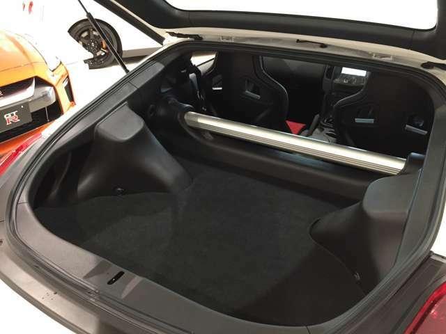 トランクスペースは、お荷物の収納を考慮した大きさを確保しながら、運転席から操作できる電磁式バックドアオープナーを後期モデルから採用