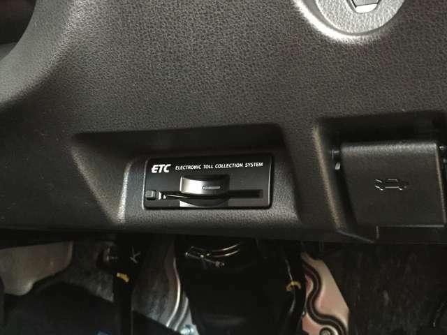 運転席下にはETCをビルトインさせ、機能美も兼ね備えた配置になっています。