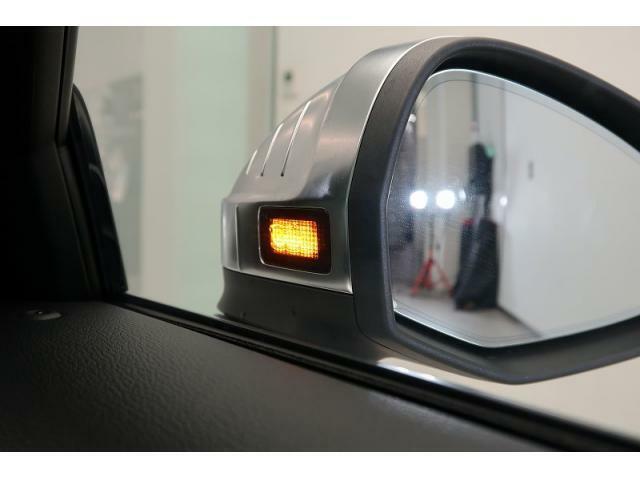 アウディサイドアシスト『後方の死角を並走する車両を検知しドアミラーの内側のLEDが点灯。ドライバーに注意を促し事故を未然に防ぐシステムです。』