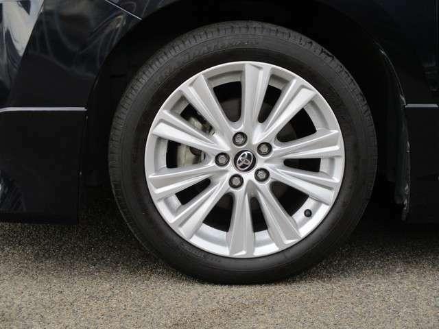 アルミを装備して、カッコよく!完成度も高いです♪クルマはやっぱり見た目も大切にしたいですよね。タイヤの溝もしっかり残っています!